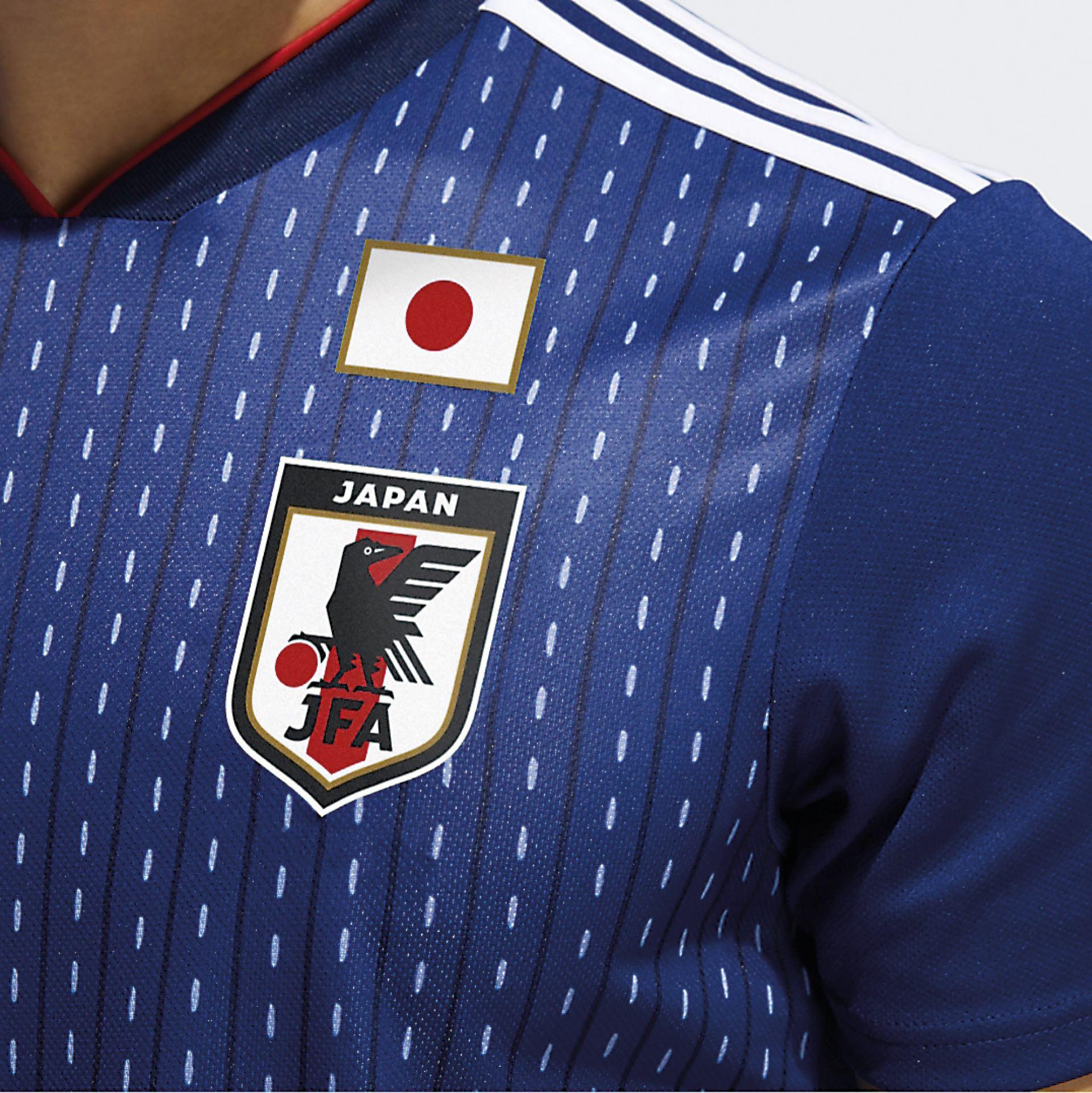 Técnicas de bordado tradicional en la camiseta de Japón. Los detalles predominan en los looks de Rusia 2018.