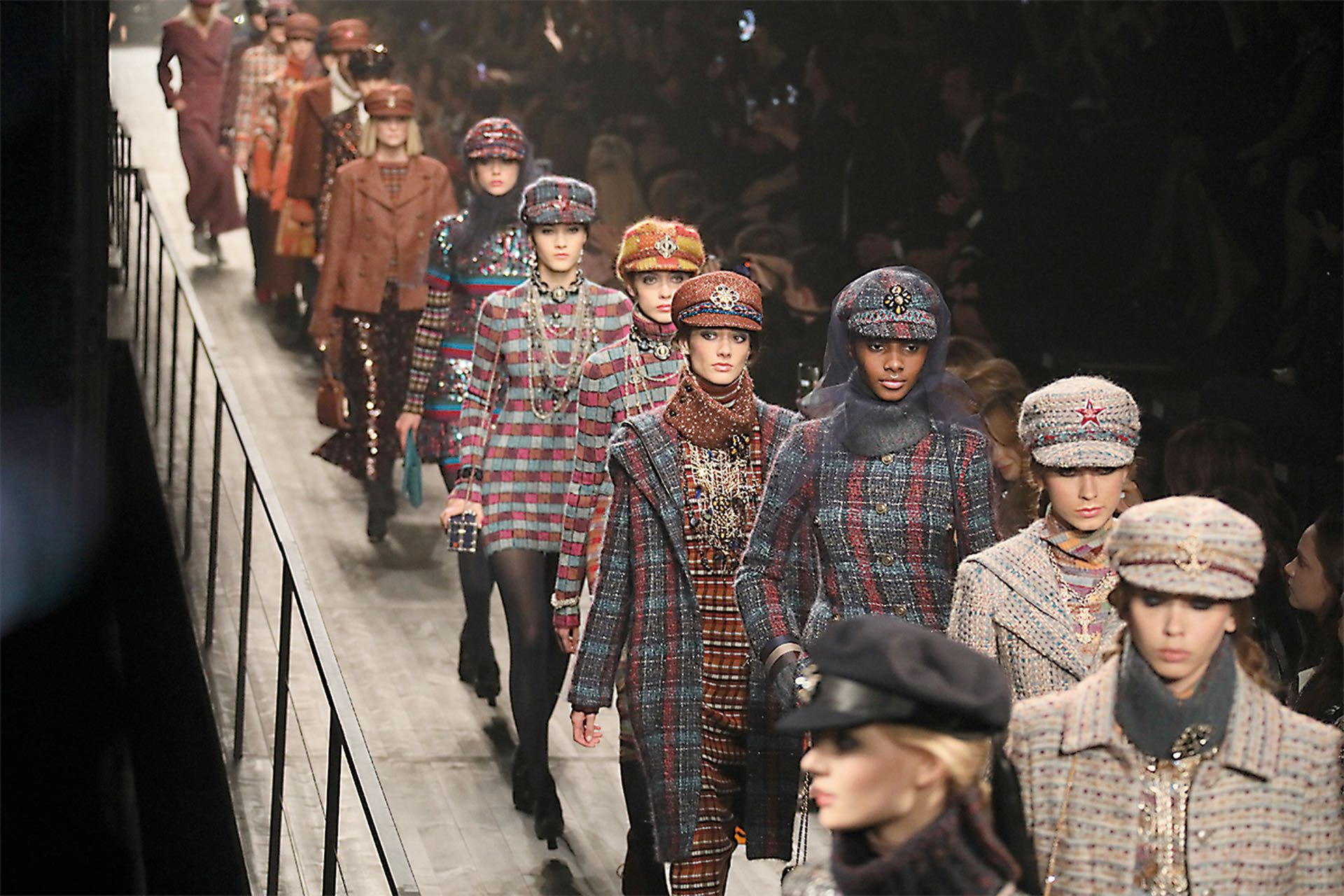 Las modelos marchan en el desfile Maisons d'art de Chanel en Moscú, de inspiración mundialista.