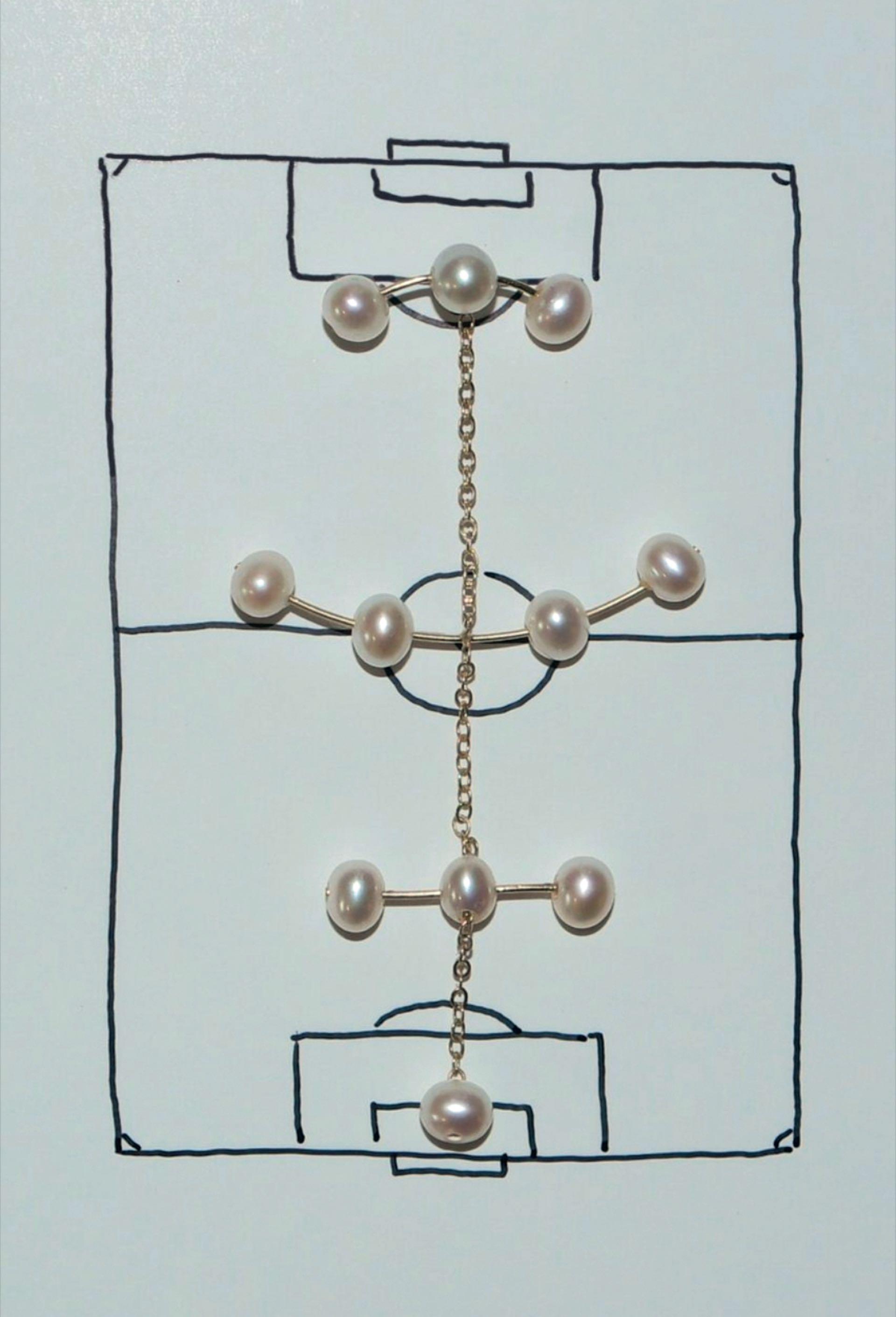 Aros con estrategias futboleras hechas joyería por Saskia Diez.