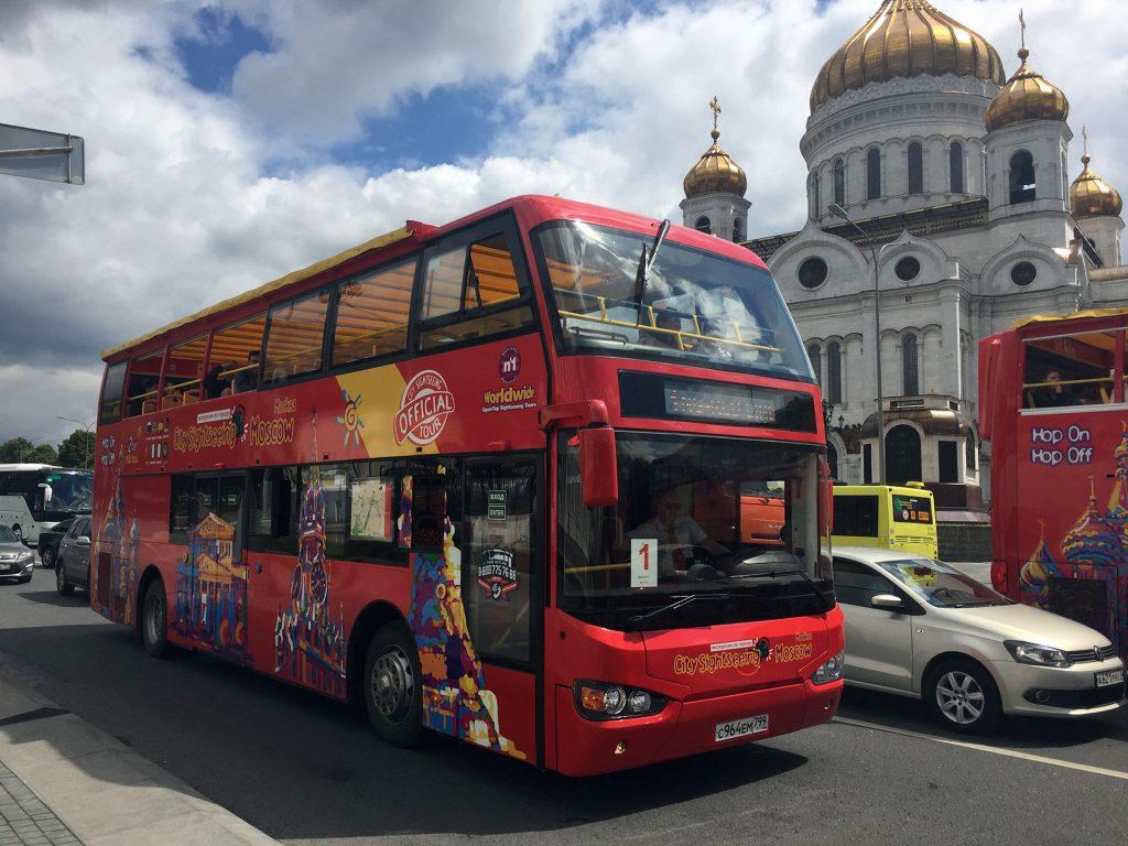 Un city tour pasa frente a la Catedral de Cristo Salvador, uno de los atractivos de una ciudad que parece no necesitar del fútbol para llamar la atención.