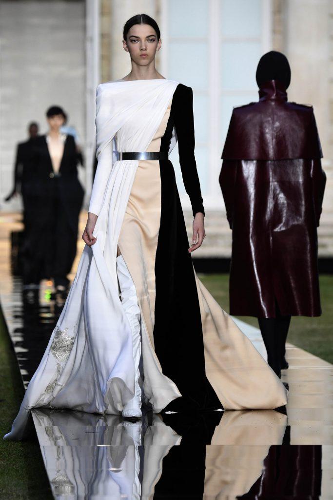 Una colección centrada en el blanco y el negro con capas de corte real, con capuchas, cortas o con cola