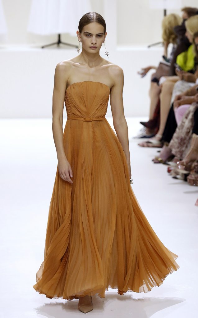 Vestidos de noche de Dior se mantienen en la paleta de colores tierra
