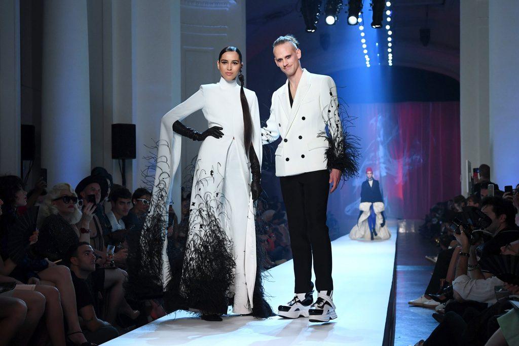 Una gran variedad de texturas en las prendas: flecos, lentejuelas, detalles en raso.