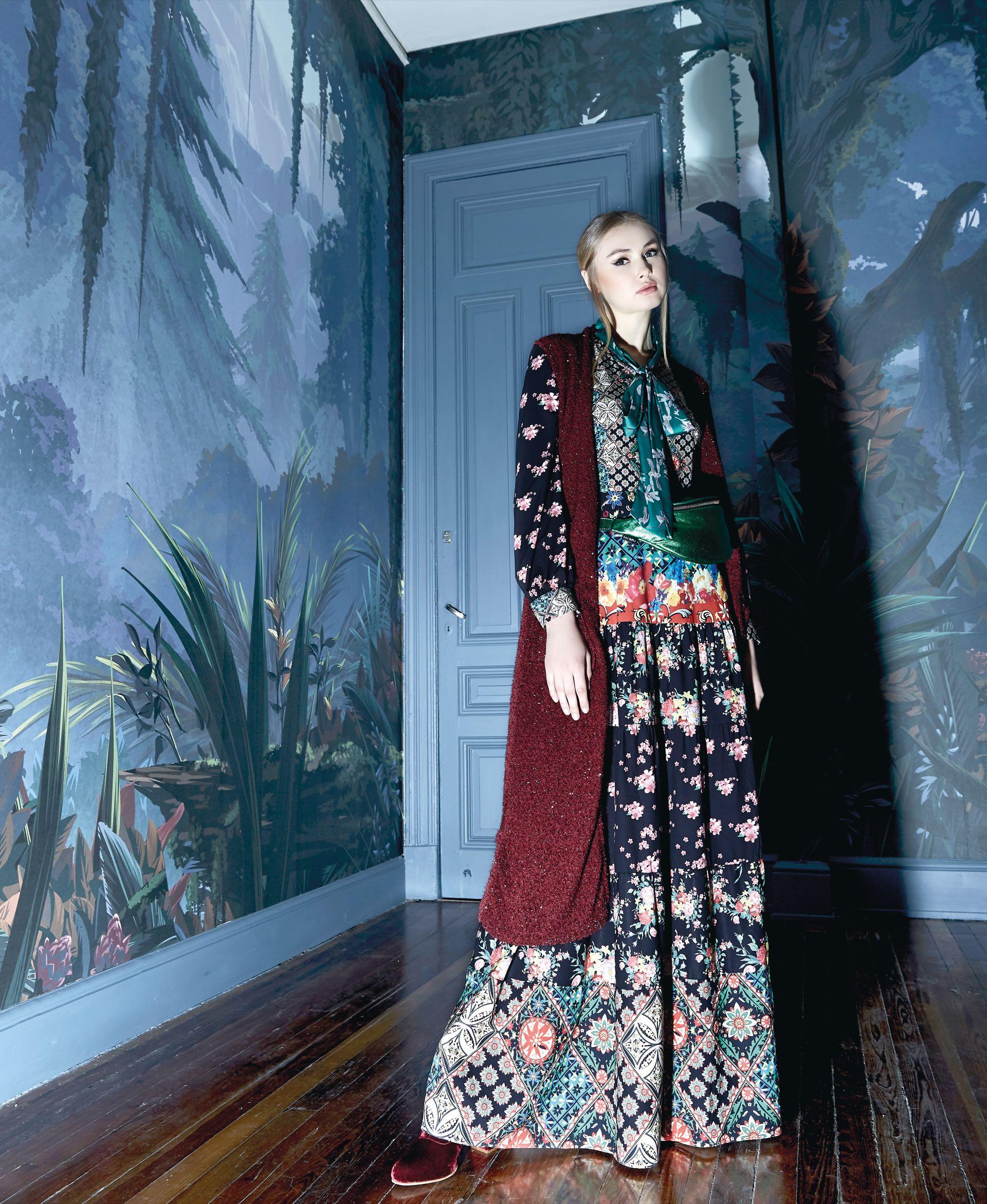 Vestido largo estampado ($ 9.980, Brava), riñonera metalizada ($ 1.990, Las Pepas), chaleco de lana ($ 5.200, Vitamina) y botas de terciopelo (Vitamina). (Fotos: Raúl De Chapeaurouge/ Para Ti)