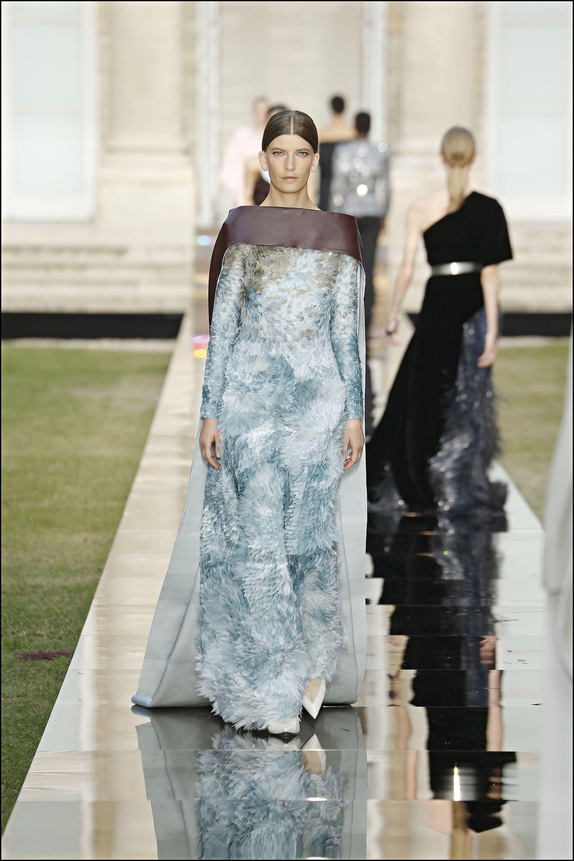 El minimalismo out y arriba de la pasarela plumas, lentejuelas y alhajas sobre las prendas.