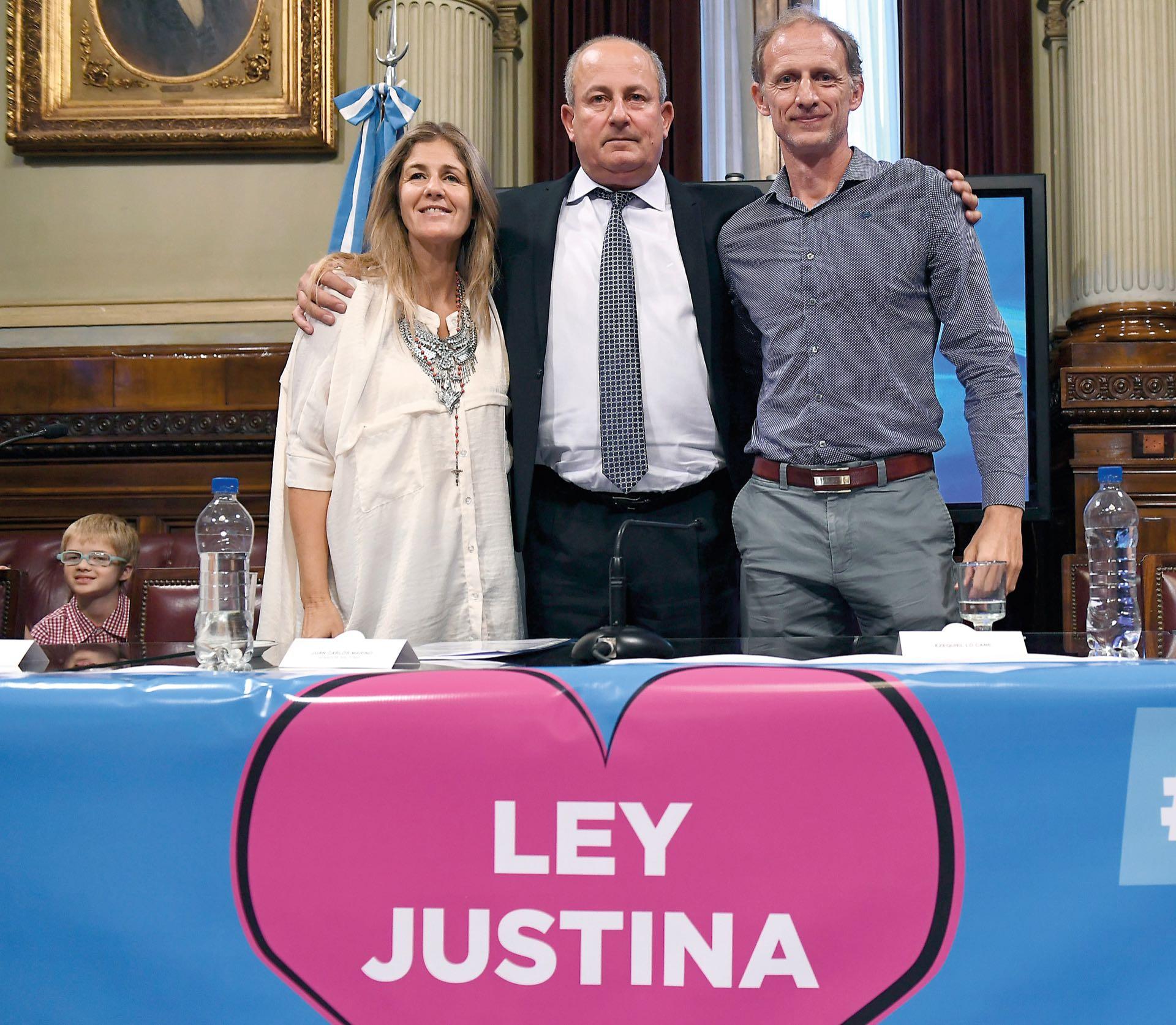 Paola y Ezequiel, los padres de Justina Lo Cane junto al senador Juan Carlos Marino, impulsores de la Ley Justina, por la cual todos somos donantes a no ser que expresemos lo contrario.