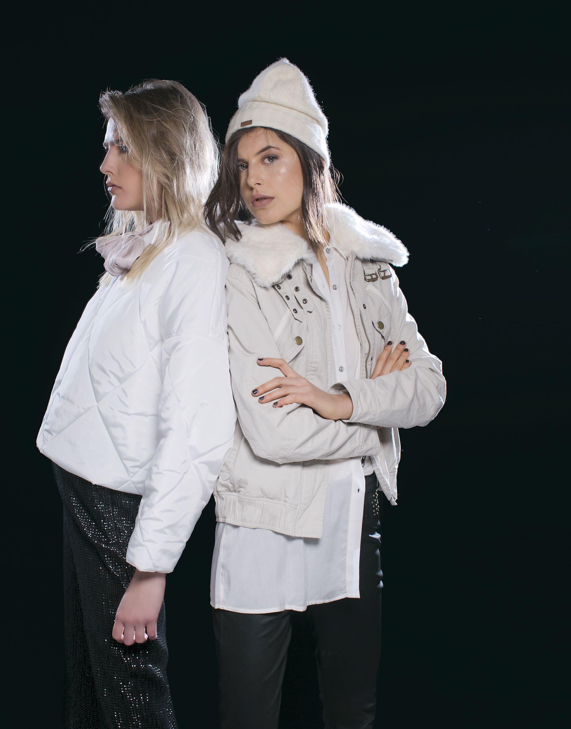 Milena: campera corta (antes $ 5.990, AHORA $ 4.190, Trosman), blusa de seda con lazo (antes $ 2.700, AHORA $ 1.600, Rapsodia) y maxipantalón bordado de lentejuelas (antes $ 4.400, AHORA $ 2.400, Uma).(Foto: Sebastián Cid/ Para Ti)Gabi: campera con piel sintética en el cuello y en el interior y camisa larga (antes $ 5.400, AHORA $ 4.390 y antes $ 1.690, AHORA $ 990, Wanama) y pantalón de cuero con tachas.