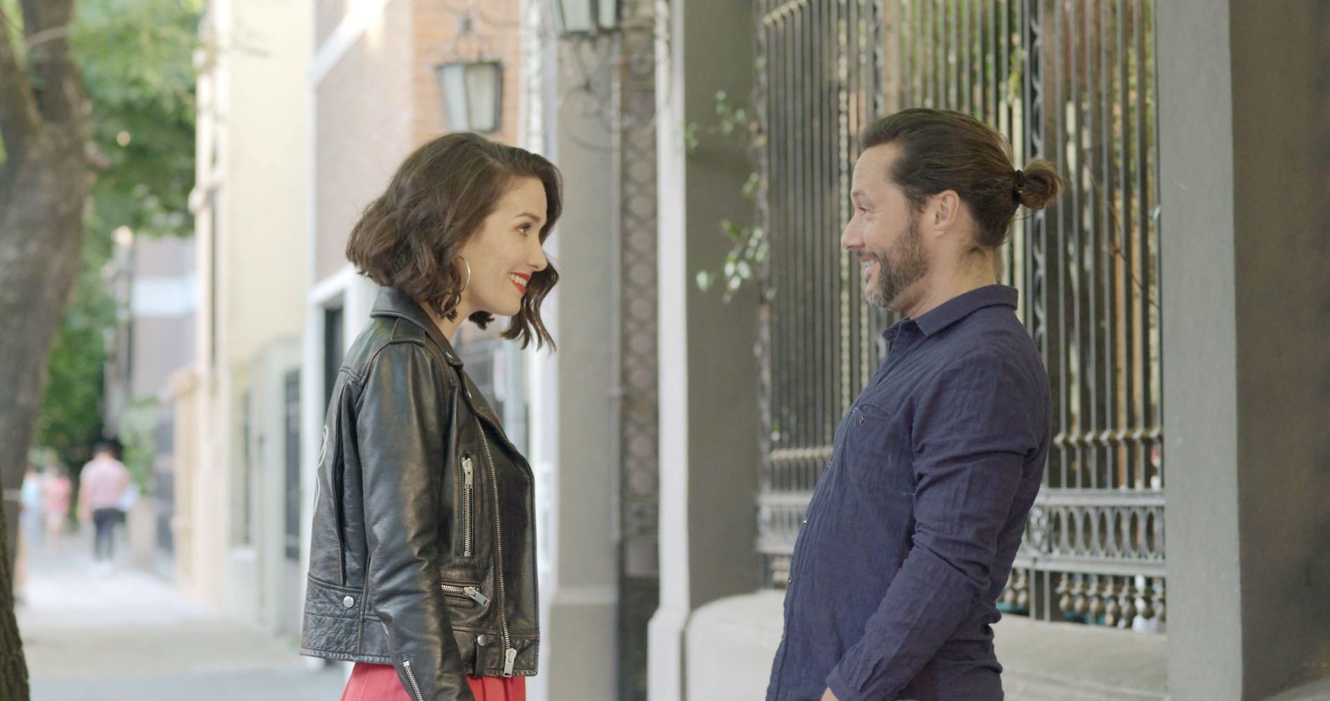 En una escena de la película, junto a Diego Torres.