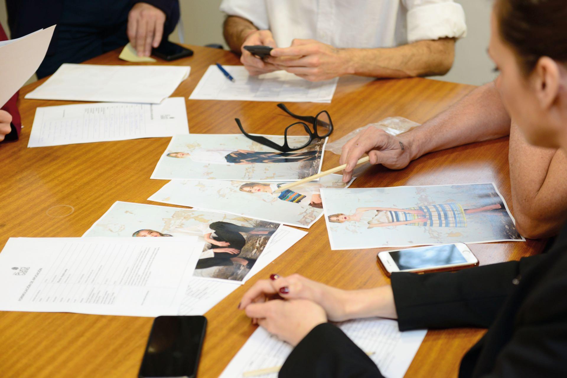 En acción, el comité de selección evaluando los productos.