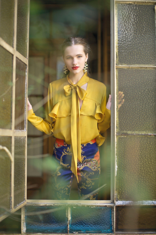 Camisa de seda con volado y lazo ($ 1.980, Mishka), pantalón de seda estampado ($ 4.500, Brava) y aros largos (H. Stern). (Foto: Sebastián Cid/ Para Ti)
