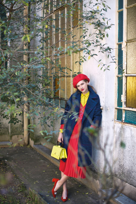 Tapado escocés ($ 4.990, MNG para Falabella), boina de paño (Compañía de Sombreros), suéter tejido ($ 2.300, Rapsodia), pollera plisada y cartera de charol ($2.490 y $ 3.990, Las Pepas), camisa de color (Mishka) y zapatos de gamuza ($ 7.200, Saverio Di Ricci). (Foto: Sebastián Cid/ Para Ti)
