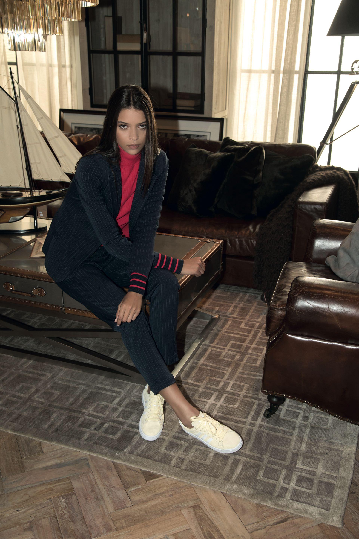 Traje de saco y pantalón con raya diplomática ($ 3.399, Inversa), polera roja ($ 2.808, TOMYxGIGI by Tomy Hilfiger) y zapatillas de gamuza ($ 2.499, adidas Originals).(Foto: Fernando Venegas/ Para Ti)