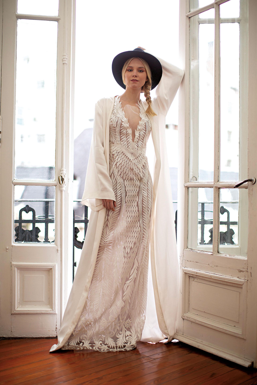 Vestido de escote profundo con falda de tul francés encastrado y bordado a mano y kimono de sastrería de seda italiana (consultar precio, María Gorof), sombrero de paño negro (desde $ 2.000, Lagomarsino) y stilettos plata ($ 5.280, Saverio Di Ricci).