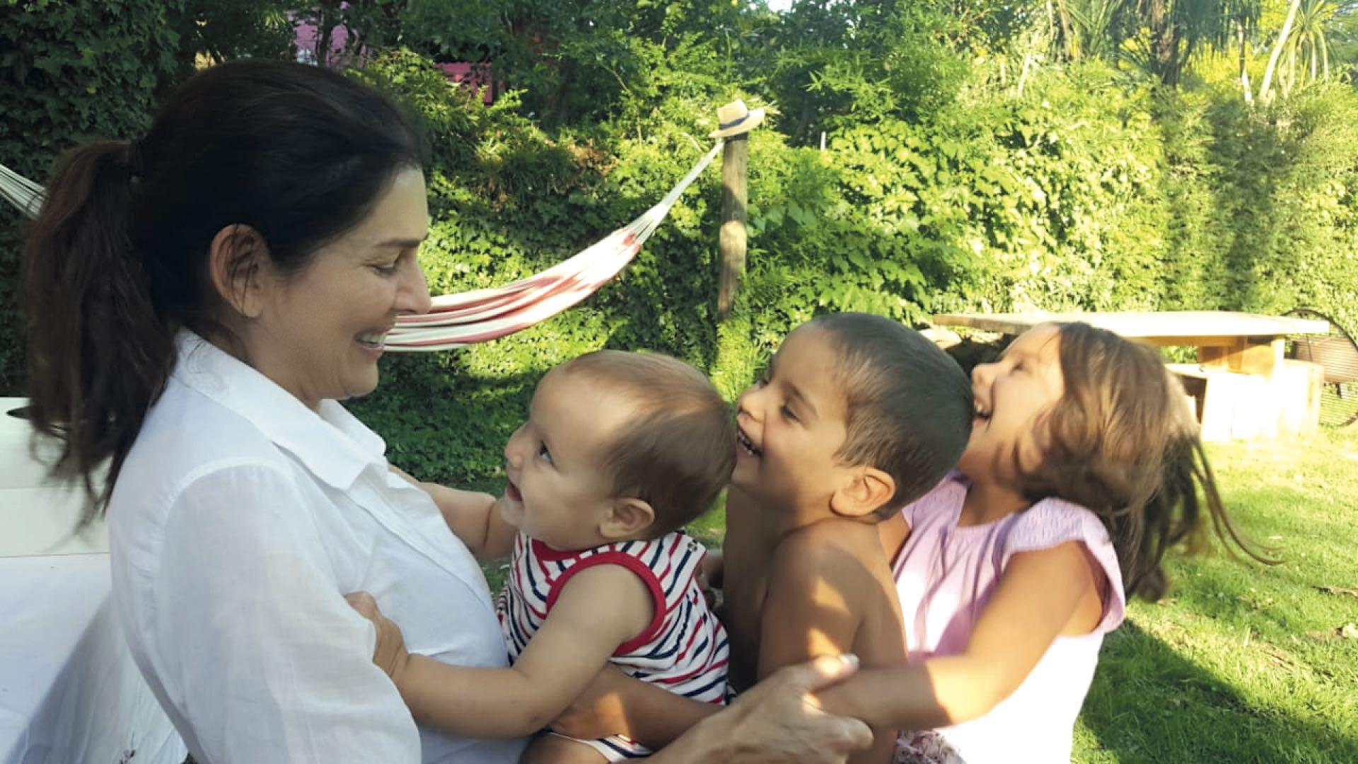 Feliz con sus tres nietos: Olivia (5), Ramón (3) y Jacinta (1).