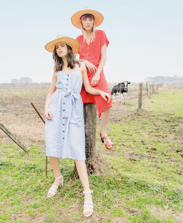 Gaby: solero abotonado (Vero Alfie) y sandalias de gamuza ($ 7.849, Paruolo). Milena: vestido de lino recto ($ 1.890, Estancias) y sandalias de cuero con símil carey ($ 6.470, Mishka). Sombreros (Made in Chola).