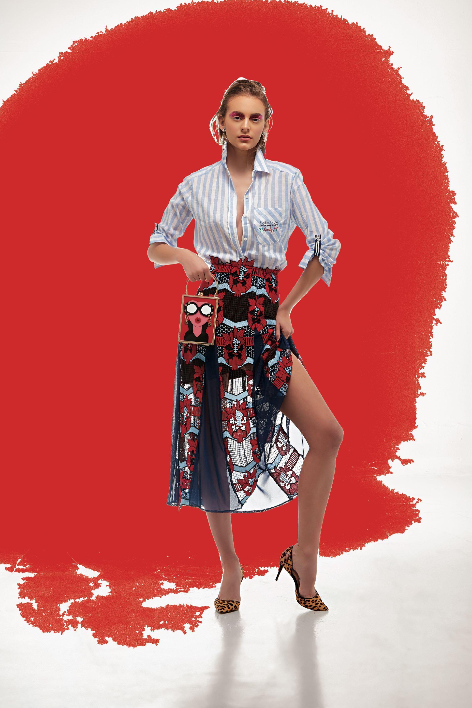 Camisa rayada ($ 1.490, Julien), falda de tul y guipure ($ 9.000, Benito), cartera rígida ($ 4.900, Luna Garzón) y stilettos de gamuza estampados ($ 3.200, Aldo para Grimoldi).
