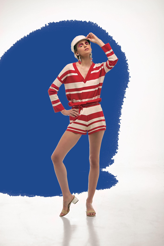 Suéter escote en V y short con lazo tejidos (Cher), gorra marinera (Made in Chola) y sandalias con tira transparente (Domani).