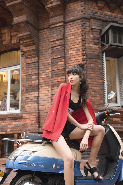 Blazer largo de color ($ 4.100, Zhoue), top deportivo de algodón (Calvin Klein), culotte de algodón (Calvin Klein), short con vivos en los costados y lazo en la cintura ($ 1.380, Zhoue) y sandalias ($ 3.390, Blaquè).