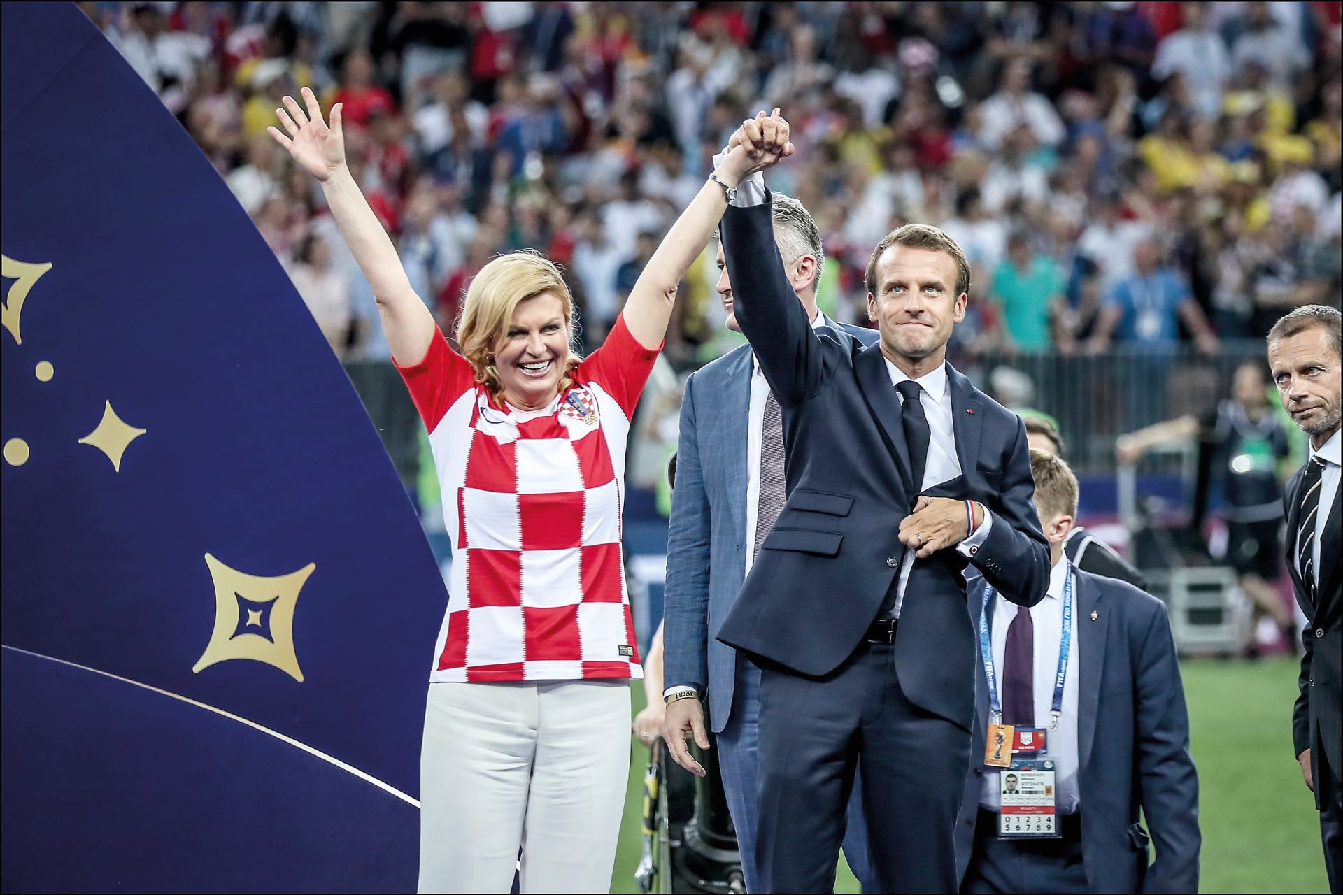 Emmanuel Macron y Croatie Kolinda Grabar-Kitarovic - Finale de la Coupe du Monde de Football 2018 en Russie ‡ Moscou, opposant la France ‡ la Croatie (4-2). Le 15 juillet 2018 -- Finale of the Football World Cup 2018 in Russia, Moscow. On july 15th 2018