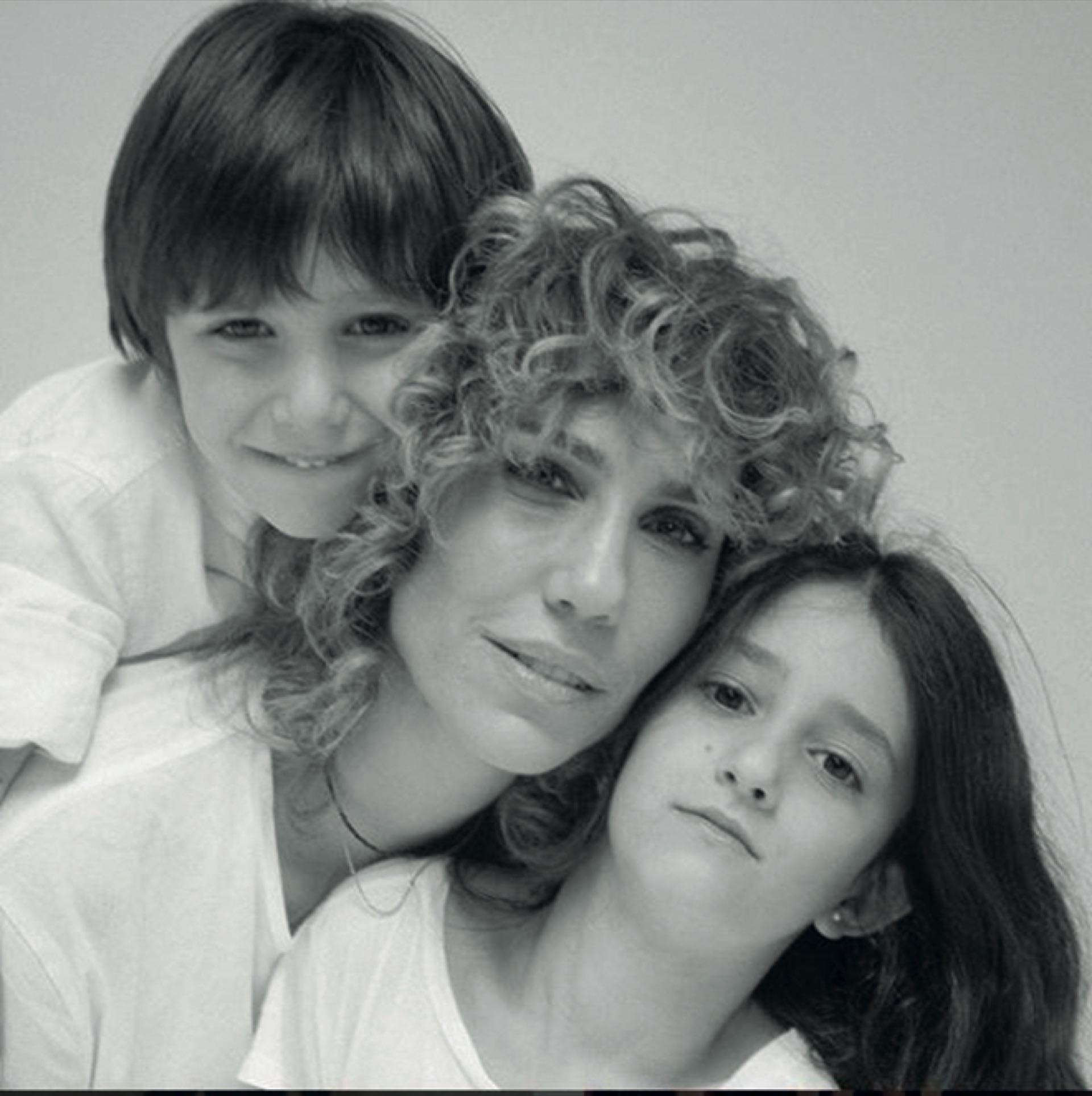 Con sus hijos Lola (9) y Bruno (6) en una fotografía tomada por Gonzalo Romero.