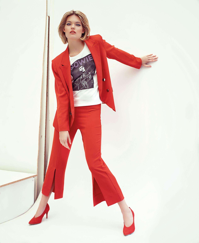 Blazer y pantalón con tajo ($ 3.768 y $ 1.458, Ayres), remera estampada ($ 790, Wanama) y stilettos de gamuza ($ 2.500, a pie para Grimoldi).
