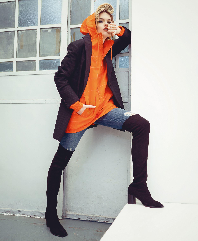 Blazer largo rayado ($ 3.990, Trosman), rompeviento con capucha ($ 2.699, adidas), jean con roturas ($ 2.690, Wanama) y bucaneras de gamuza (Uma). (Foto: Juan Jauregui/ Para Ti)