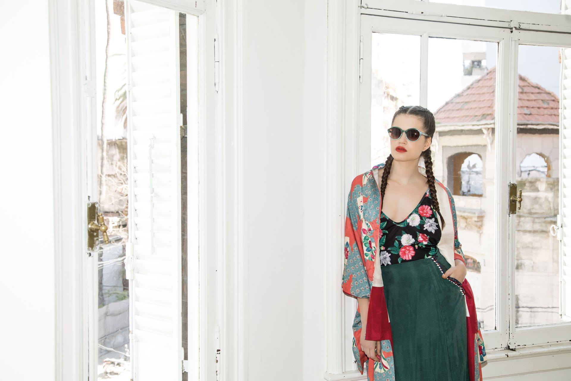 Kimono estampado y pollera larga de seda (Anushka Elliot), traje de baño estampado ($ 1.849, Luz de Mar) y anteojos de sol (Ranieri para Ossira).(Foto: Fernando Venegas/ Para Ti)