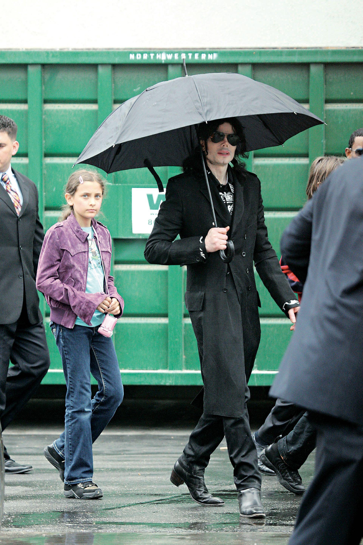 Por la calle con su papá, excepcionalmente, mostrando su rostro.