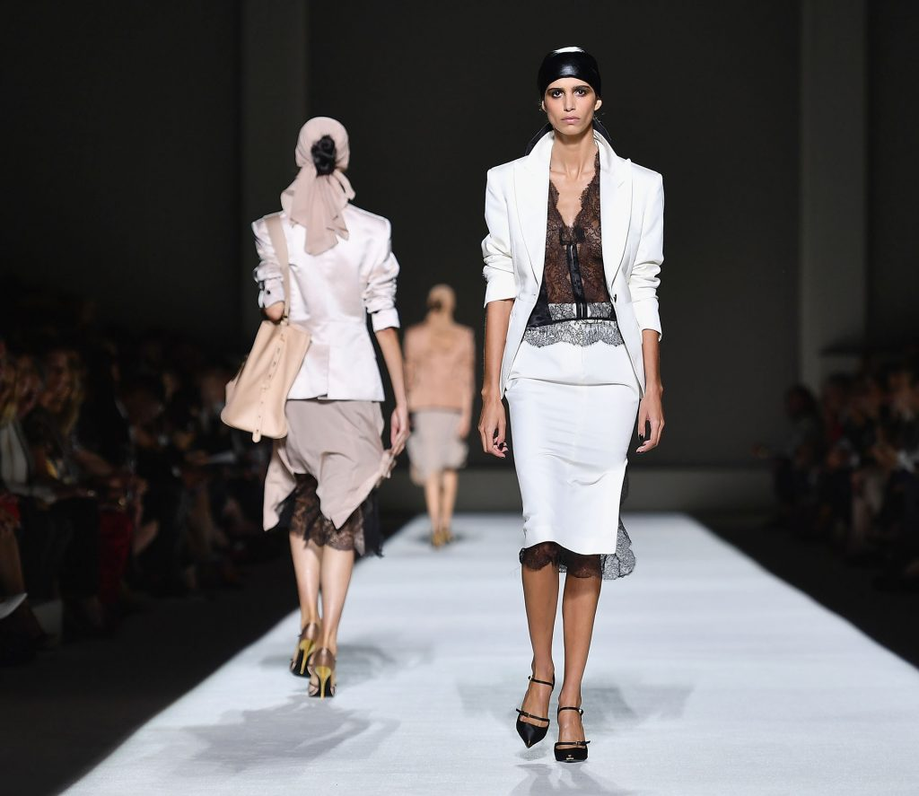 Trajes femeninos en blanco, negro y malva. El toque must: los pañuelos en la cabeza