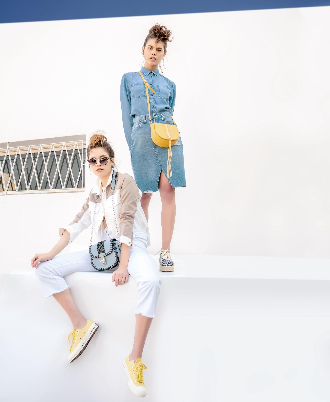 Male: camisa con bolsillos ($ 950, Kevingston), falda de jean con roturas (aprox. $ 2.190, Levi's), bandolera de material alternativo al cuero vacuno con cierre a la vista ($ 3.875, Ugo Santini) y zapatillas con base de yute ($ 5.730, The Bag Belt). Bianca: chaqueta con tachas y pantacourt de jean ($ 3.993 y $ 2.754, Mirta Armesto), bandolera de material alternativo al cuero vacuno con cadena ($ 3.998, Ugo Santini), zapatillas con base de goma (Converse) y anteojos de sol con marco de color ($ 4.400, Orbital).(Foto: Juan Jauregui/ Para Ti)