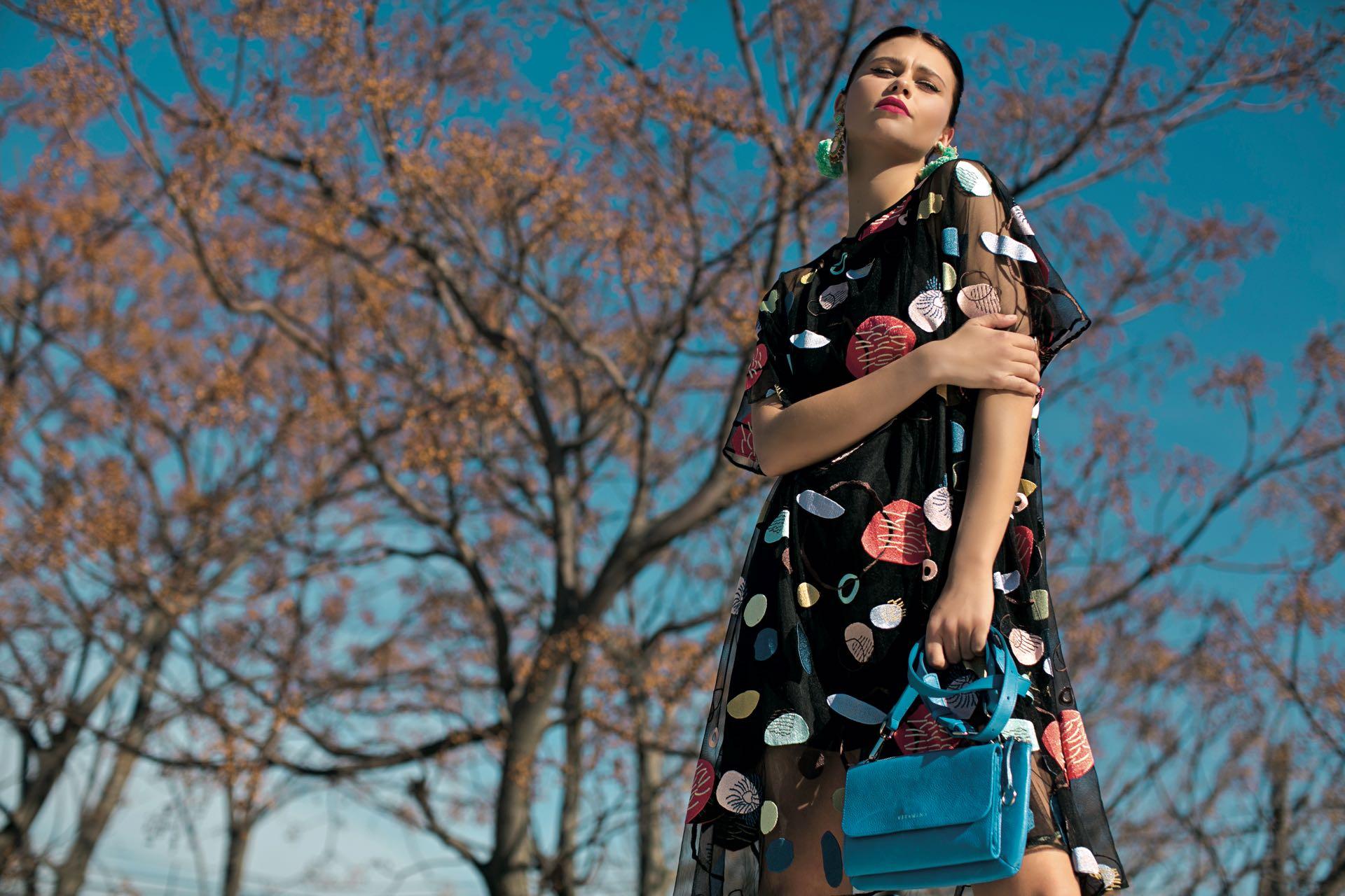 Vestido de tul con lunares bordados ($ 14.500, Benito Fernández) y carteracon solapa (Vitamina). (Foto: Sebastián Cid/ Para Ti)