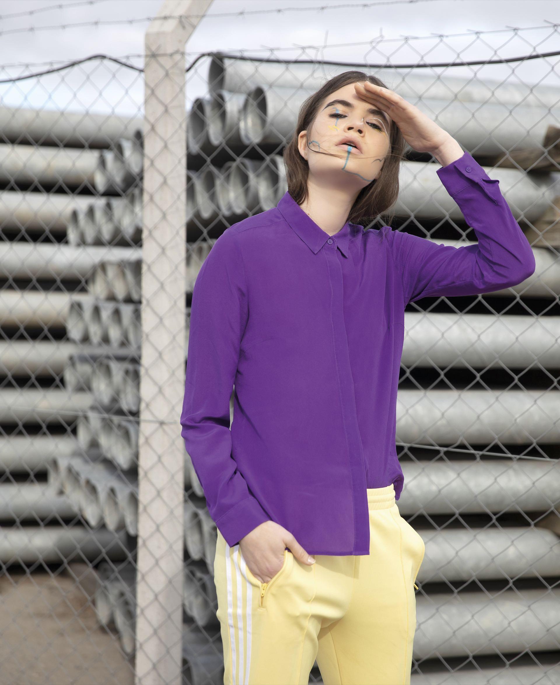 Camisa de seda ($ 3.490, Las Pepas) y pantalón deportivo con bolsillos ($ 1.699, adidas).(Foto: Chris Beliera/ Para Ti)