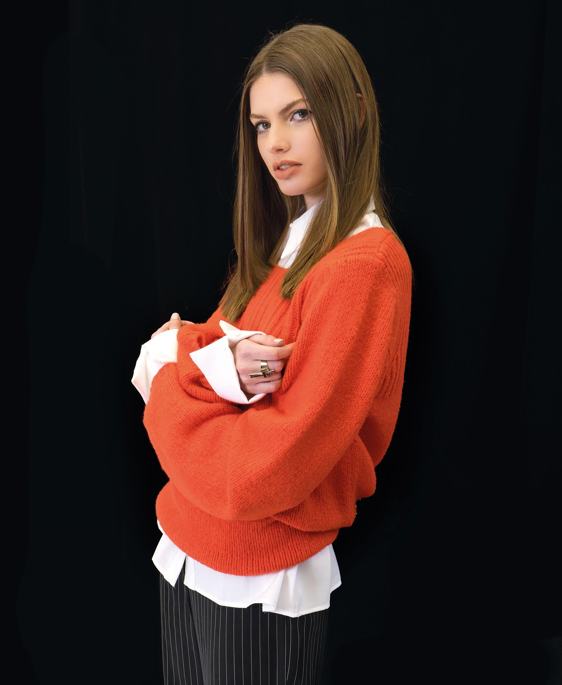Suéter ($ 2.290, Wanama), camisa ($ 2.570, Trosman), pantalón a rayas ($ 1.398, Ayres) y anillo cruz (Cachetona Accesorios). (Fotos: Juan Jauregui/ Para Ti)