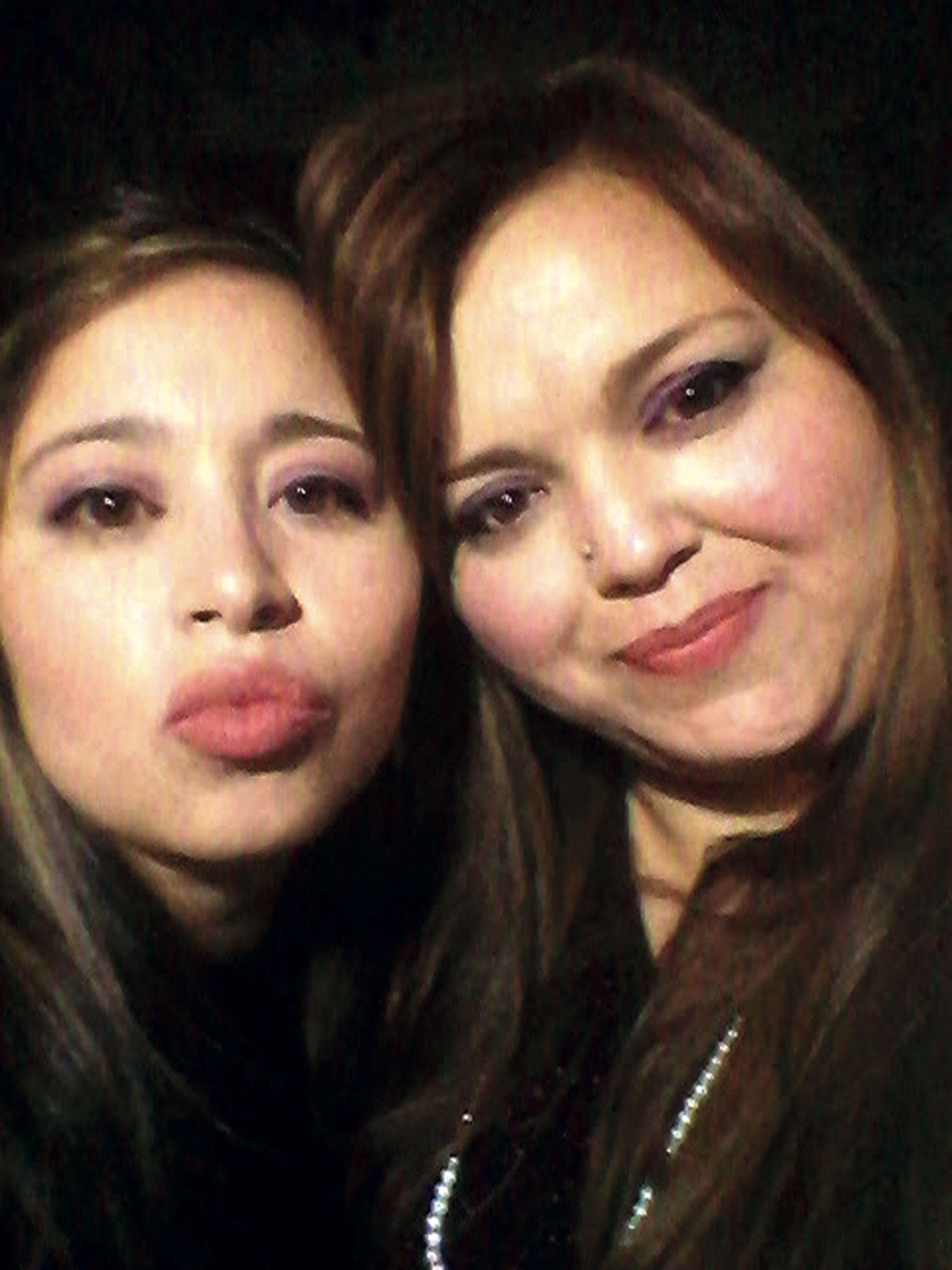 Romina con su hermana mayor, Alejandra (izq.). Su familia quiere que su muerte sea ejemplo y prevención.