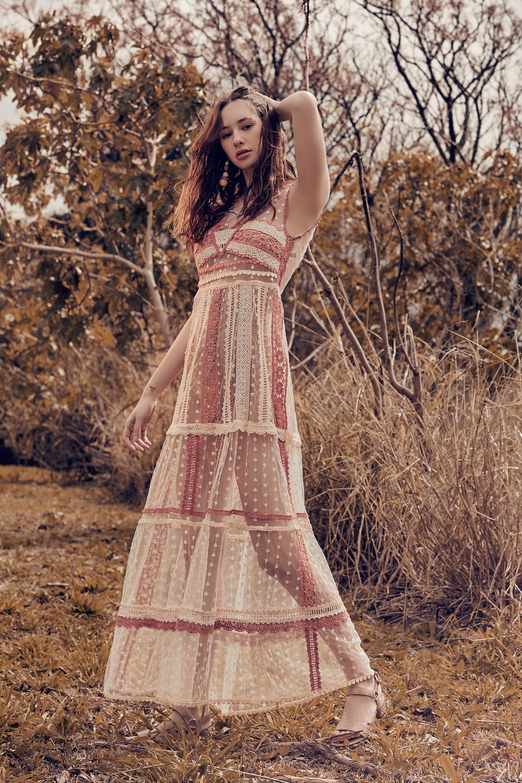 Vestido de tul bordado con puntilla (China by Antolin) y aros de madera ($ 550, FP).