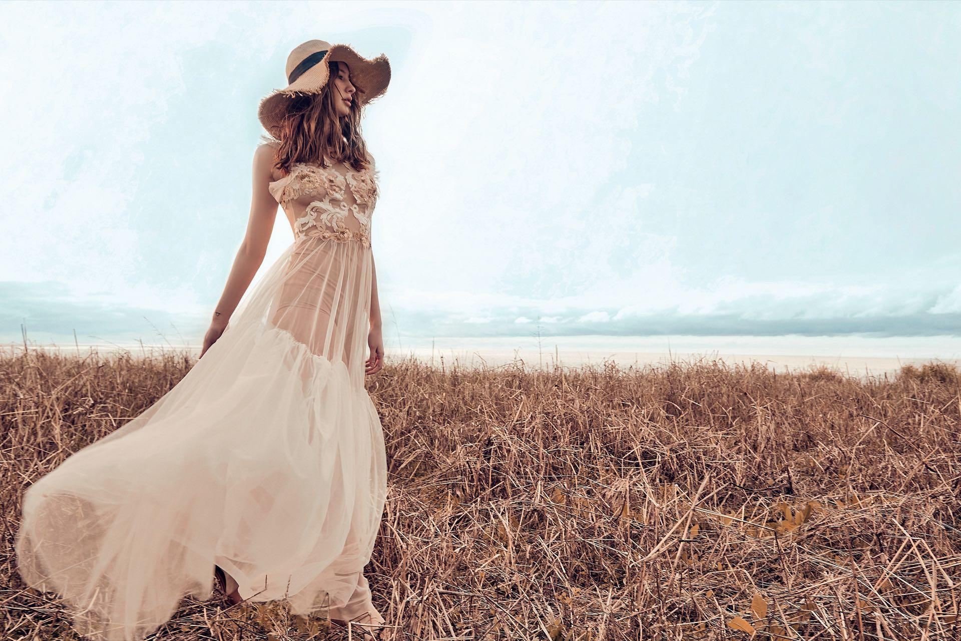 Vestido largo de tul con volado ($ 13.500, Ciara) y sombrero de rafia ($ 1.500, Sombreros Eugene). (Foto: Chino Toccalino/ Para Ti)