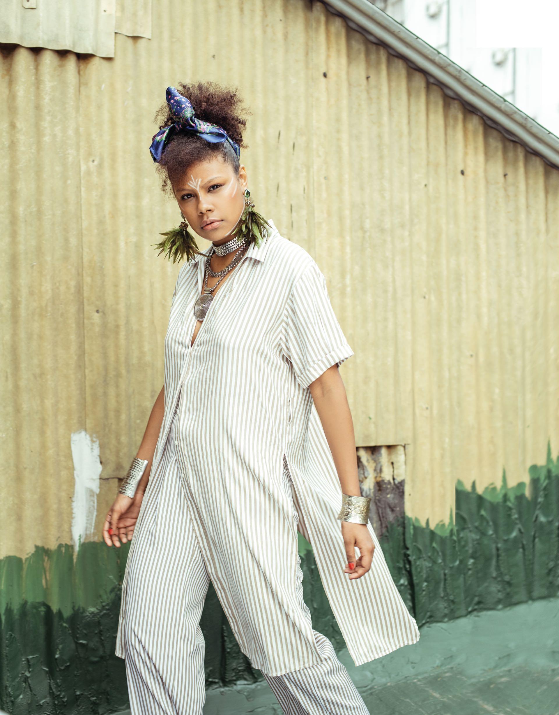 Camisola y pantalón pijama (aprox. $ 2.100 y aprox. $ 1.400, Indiastyle), aros con plumas ($ 2.590, Las Juanas Night), collares ($ 559, De Cayetanas) y esclavas ($ 420 c/u, Gabriella Capucci).