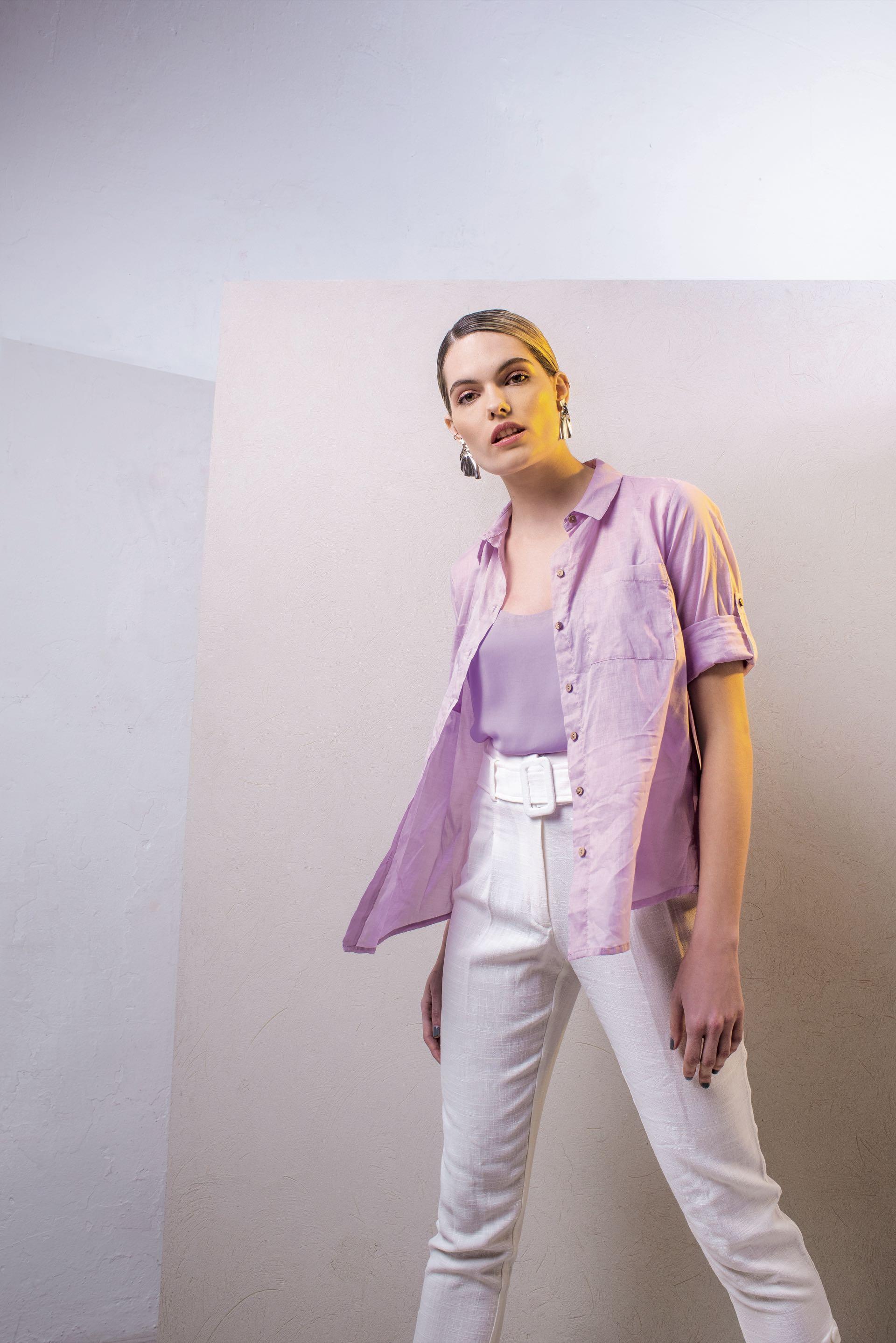 Top de rayón ($ 1.395, Koxis), camisa de algodón (Ted Bodin), pantalón de lino con cinturón y botones ($ 2.800, Clara Ibarguren) y aros plateados ($ 390, Dolores Iguacel). (Foto: Maia Croizet/ Para Ti)