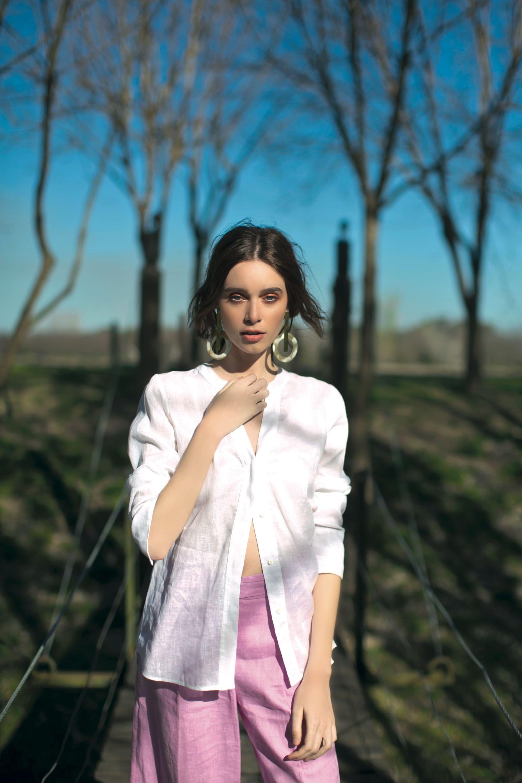 Camisa ($ 4.400, Carmela Achaval), pantalon midi ($ 3.990, Las Pepas) y aros ($ 1.200, Agnes Lenoble).