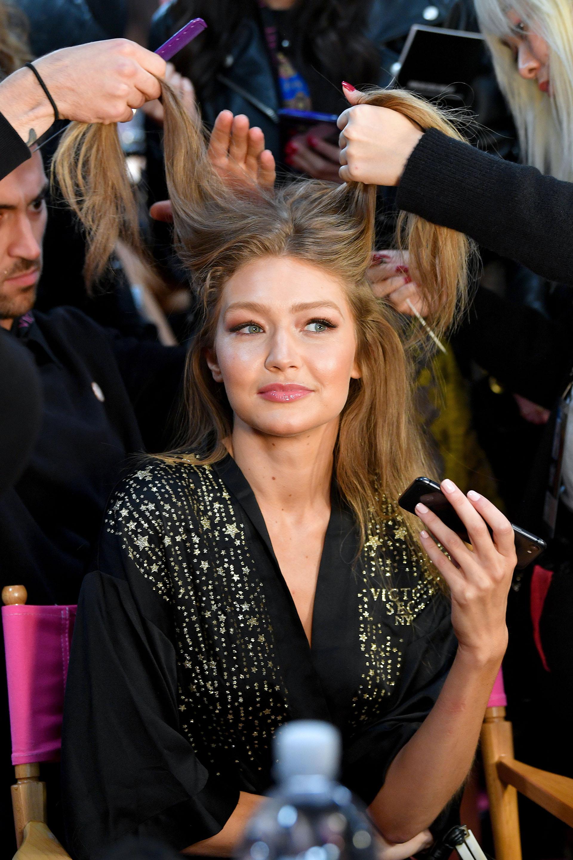 Gigi Hadid en la previa del make up y peinado( Dia Dipasupil/Getty Images for Victoria