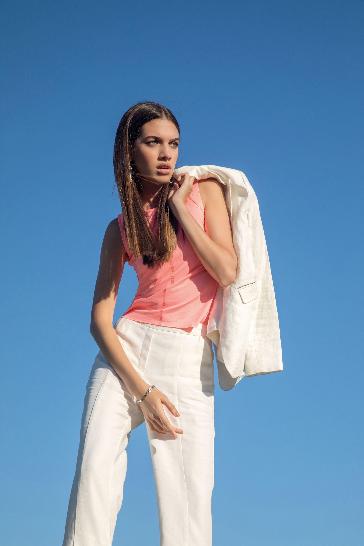 Blazer de lino ($ 7.200, Uma), pantalón de lino con aberturas a los costados ($ 4.900, Vitamina), top ($ 1.790, Trosman) y aros y pulsera con ondas de pavé y metal con baño de rodio (Swarovski).