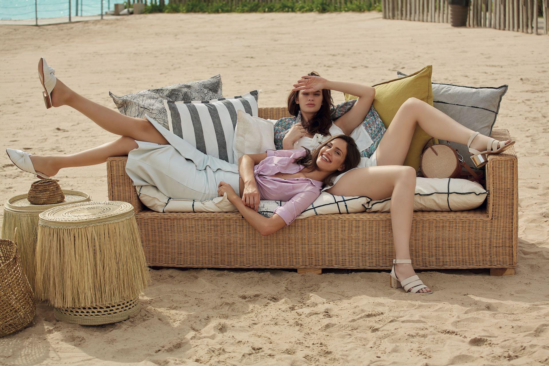 Luisi: camisa de poplín (Ted Bodin), pollera de cuero (Cher) y slippers de cuero ($ 6.500, Carmela Achaval). Stefi: mono con glitter ($ 1.940, Zhoue), sandalias de gamuza con pulsera ($ 6.749, Paruolo) y bandolera de rafia con cuero ($ 4.250, Sofi Martiré).