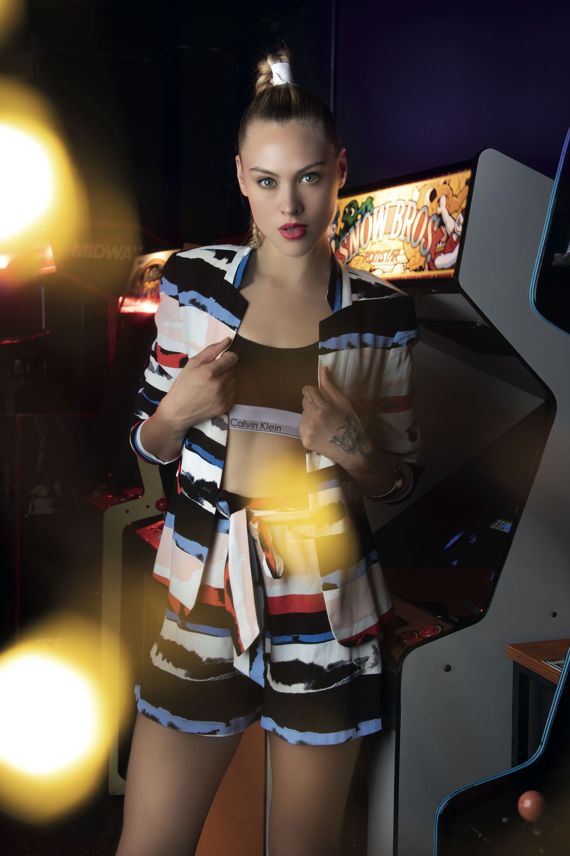 Saco y short estampados con lazo ($ 8.500 y $ 3.600, Vitamina), top deportivo de algodón ($ 1.596, Calvin Klein) y pulsera ancha ($ 650, Cuatro Musas). Camisa