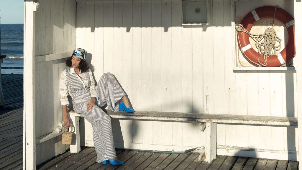 Camisa con puntillas ($6.500, Carmela Achaval), pantalón rayado con tiras ($ 3.100, Mila Kartei), mini cartera de yute ($ 10.350, Flâneur) y zapatos ($ 6400, Vitamina).