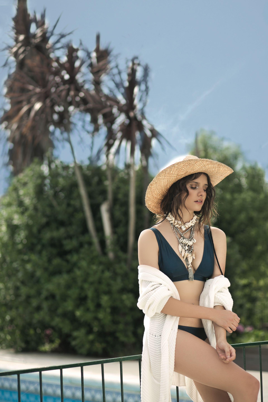 Bikini y vedetina de Lycra ($ 1.790, Falabella), cárdigan tejido ($ 3.500, Vitamina) y sombrero de paja ($ 1.658, Made in Chola).