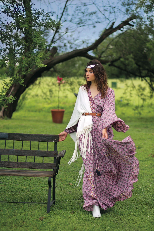 Vestido amplio estampado (Var's), chal tejido con flecos ($ 1.900, Joaquina Gurruchaga), cinturón de cuero ($ 650, Mettre) y botas de cuero ($ 4.900, Vitamina).