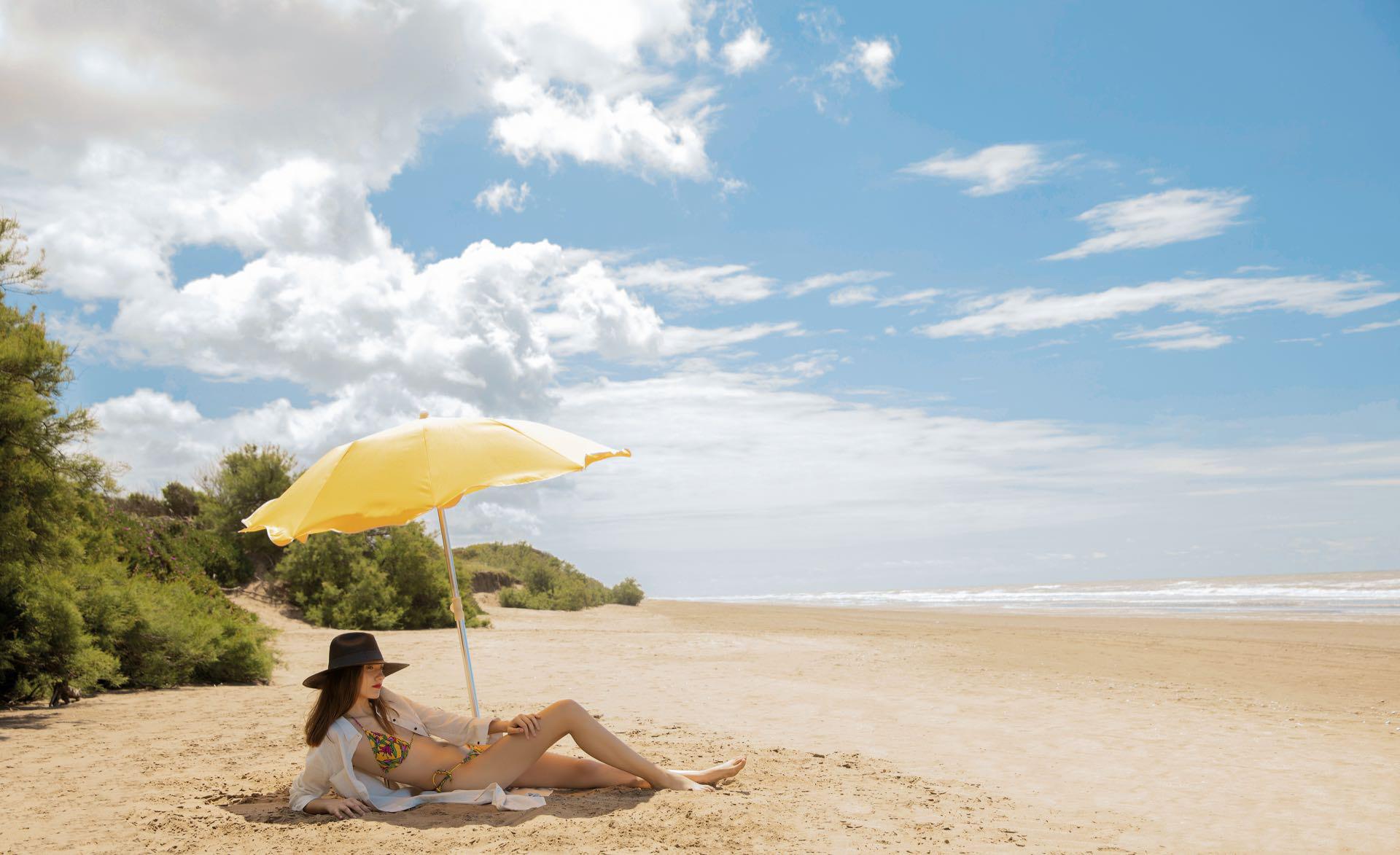Camisa larga de lino ($ 7.180, Mila Kartei), sombrero (Greenpacha) y bikini ($ 1.290, Las Pepas).