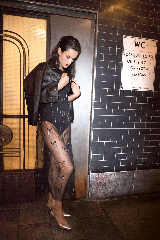 Chaqueta de cuero ecológico (AY Not Dead), vestido largo de tul con bordados de lentejuelas ($ 8.700, Vitamina) y stilettos metalizados con talón al descubierto ($ 2.790, Blaquè).