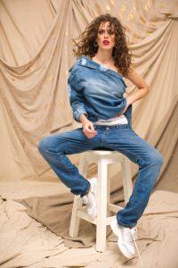Chaqueta con roturas ($ 2.990, Peuque), culotte ($ 1.330, Calvin Klein), jean boyfriend ($ 3.398, Tommy Hilfiger), choker y aros ($ 500 y $ 710, Nerolia) y zapatillas con plataforma ($ 1.945, Viamo).