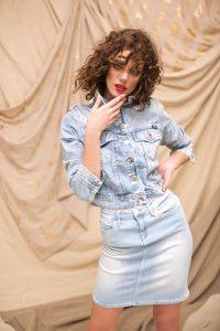 Chaqueta corta de jean($ 3.785, AY Not Dead) y falda de cintura alta ($ 4.613,Tommy Hilfiger).